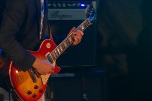 Spieler einer E-Gitarre
